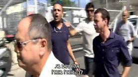 עמית סגל ואמנון אברמוביץ' ביציאה מבית הדין הצבאי במשפטו של אלאור אזריה 'אחד בשביל כולם', צילום: מתוך 'אחד בשביל כולם', 'חדשות 2'
