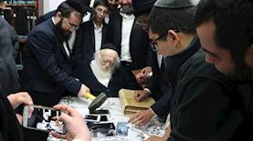 אירוע שבירת הטלפונים בביתו של הרב חיים קנייבסקי, צילום: ישראל כהן