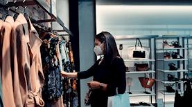 קניות בחנות בגדים, צילום: unsplash