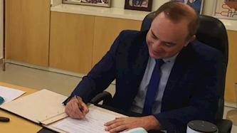 שר האנרגיה שטייניץ חותם על ההסכם, צילום: מתוך חשבון הטוויטר של השר שטייניץ