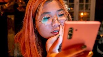 אישה סינית משתמשת בטלפון, צילום: Sunyu Kim, Pexels