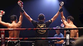 שופט איגרוף מניף ידיים עם שני מתאגרפים, צילום: Jonathan Tomas / Unsplash