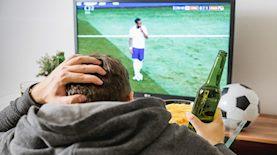 צופה בכדורגל בטלוויזיה, צילום: Jan Vasek / Pixabay