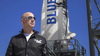 ג'ף בזוס והטיל של Blue Origin, צילום: יחצ
