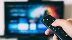 צפייה בטלוויזיה, צילום: unsplash