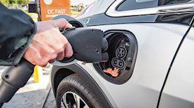 חיבור רכב חשמלי מדגם שברולט בולט לטעינה, צילום: Green Energy Futures / flickr